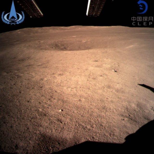 Citra pertama Change'4 setelah mendarat di Kawah Von Kármán, pada sisi jauh bulan. Kredit: CNSA