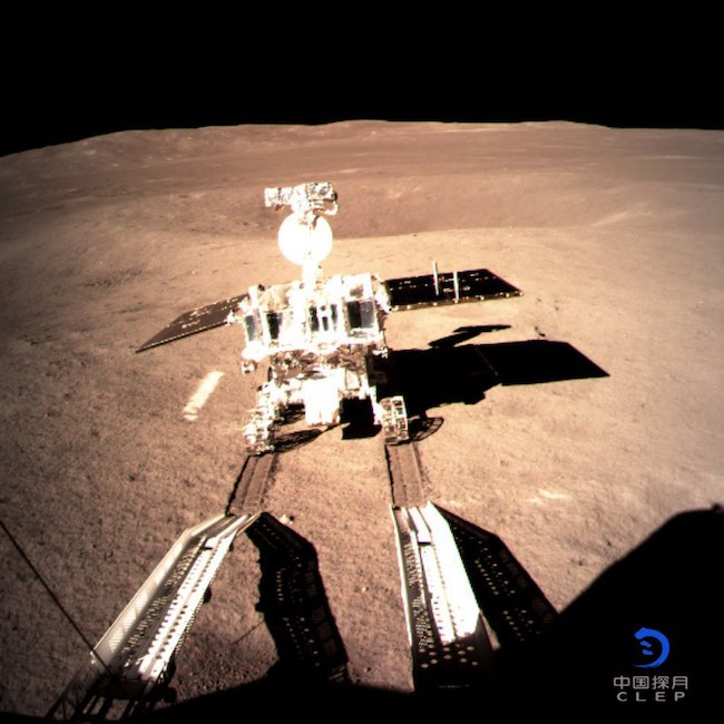 Penjelajah Yutu-2 menjejakkan kaki di Kawah Von Kármán, pada sisi jauh bulan. Kredit: CNSA
