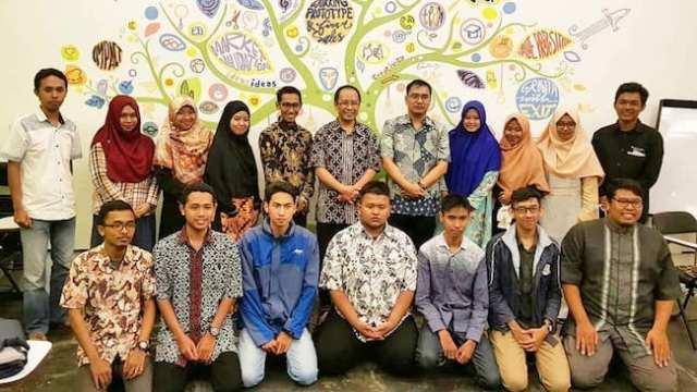 Foto bersama komunitas astronomi Jawa Timur bersama Prof. Thomas Djamaluddin, selaku Kepala LAPAN. Kredit: FOKALIS JATIM