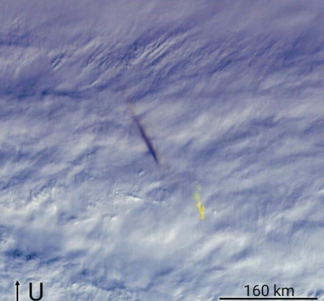 Gambar 1. Ketampakan bola api airburst sebagai puncak dari Peristiwa Bering 2018 yang direkam radas MISR pada satelit Terra. Tumbuh kembangnya bola api airburst diiringi dengan pelepasan energi sekitar 96 kiloton TNT, bagian dari energi total 173 kiloton TNT yang dibawa asteroid-tanpa-nama yang memasuki atmosfer Bumi di atas perairan Laut Bering. Sumber: NASA, 2019.