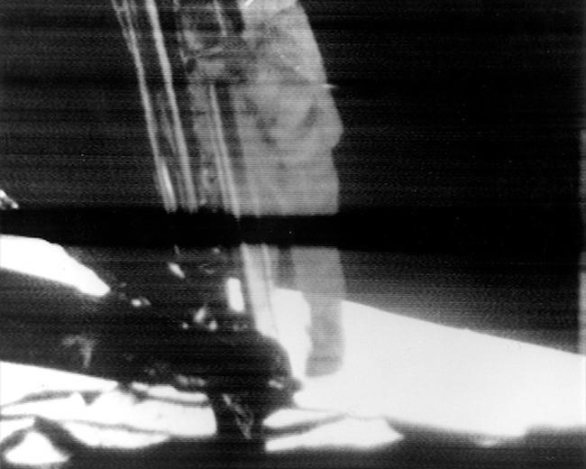 Citra reproduksi dari siaran tv yang disiarkan 20 Juli 1969, saat Neil Armstrong menuruni tangga untuk menjejakkan kakinya di Bulan. Kredit: NASA
