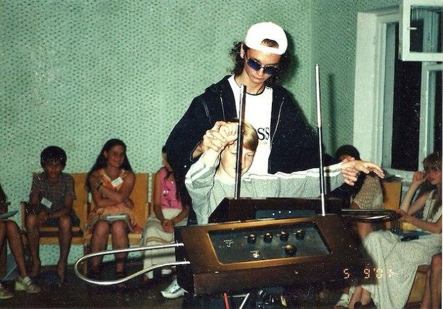 Anton Kershenko memainkan the theremin bersama siswa. Sumber : Wikipedia