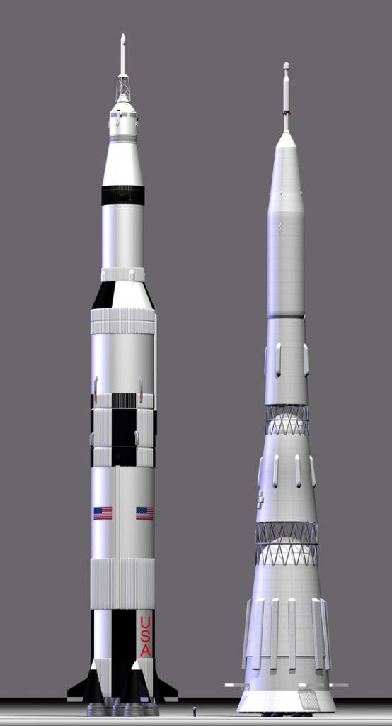 Gambar 7. Perbandingan model roket Saturnus 5 milik Amerika Serikat (kiri) dengan roket N-1 milik Uni Soviet (kanan). 13 peluncuran roket Saturnus 5 berlangsung sukses meski dua diantaranya dihinggapi masalah teknis, sementara seluruh peluncuran roket N-1 berujung gagal. Sumber: Anonim, 2011.