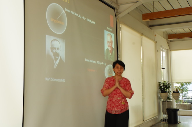 Dr. Kiki Vierdayanti memberikan materi tentang lubang hitam. Kredit: langitselatan