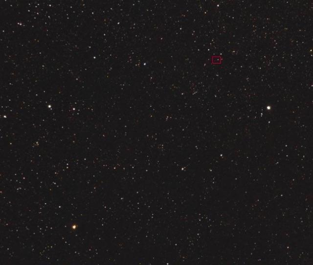 Gambar 4. Panorama langit di area rasi bintang Cepheus. Kotak merah menunjukkan kedudukan sistem bintang ganda Kruger 60 yang cukup redup (magnitudo +9,5). Sistem bintang ganda ini diduga merupakan lokasi asal komet Borisov. Diabadikan oleh Peter Mulligan (astronom amatir Inggris) pada 28 Desember 2017 menggunakan kamera Canon 1100D dengan lensa 200 mm pada ISO 800 dan waktu paparan 30-40 detik. Dipublikasikan di British Astronomical Association. Sumber: BAA, 2017.