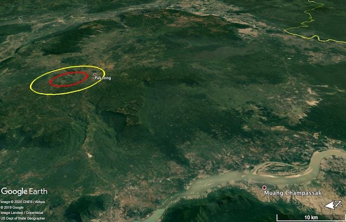 Gambar 1. Kedudukan Kawah Bolaven dan dataran Tinggi Bolaven, dalam citra Google Earth pada pandangan miring (oblique). Ellips kuning menunjukkan posisi tepi kawah, sementara ellips merah menunjukkan punggungan pusat kawah. Di latar depan nampak alur Sungai Mekong, sungai utama di Semenanjung Indochina. Diadaptasi dari Sieh dkk, 2019.