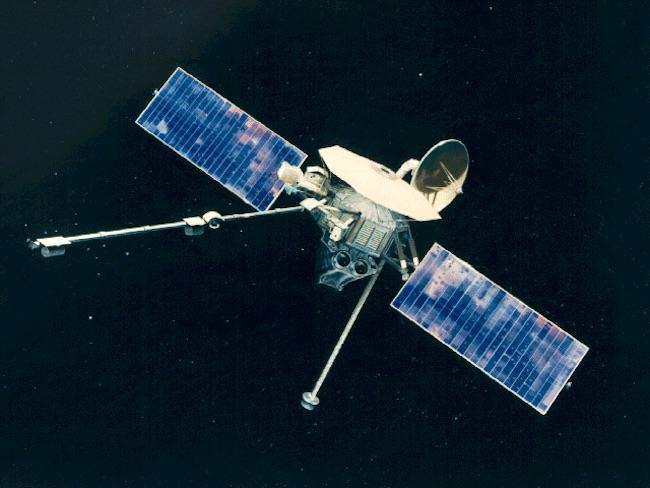 Mariner 10 yang menuju Merkurius dan Venus melakukan terbang lintas di Bulan. Kredit: NASA