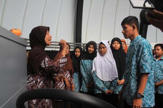 Sri Noworini,S.Pd membantu pemandu untuk meneterjemahkan ke bahasa isyarat. Kredit: Pusat Studi Astronomi Ahmad Dahlan