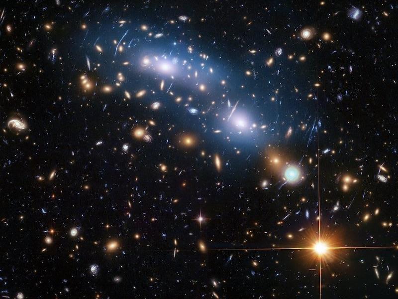 Gugus Galaksi MACSJ0416. Kredit: NASA, ESA, and M. Montes (University of New South Wales, Sydney, Australia)