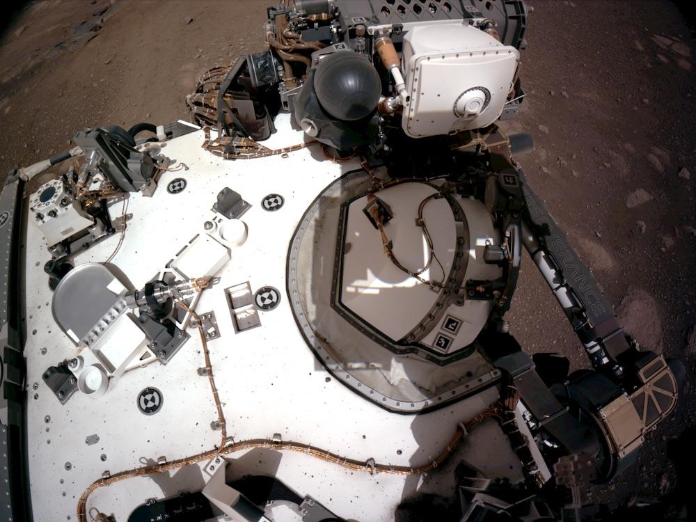 Foto panorama NavCam yang memperlihatkan sebagian instrumen di dek robot penjelajah Perseverance. Kredit: NASA/JPL-Caltech