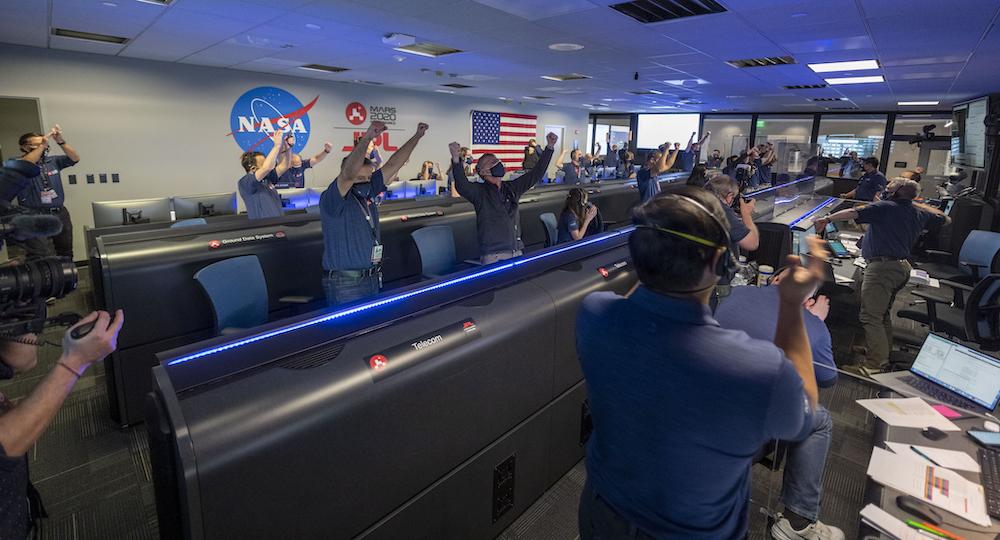 Kegembiraan di ruang kontrol saat Perseverance mengonfirmasi pendaratan di Mars. NASA/JPL-Caltech
