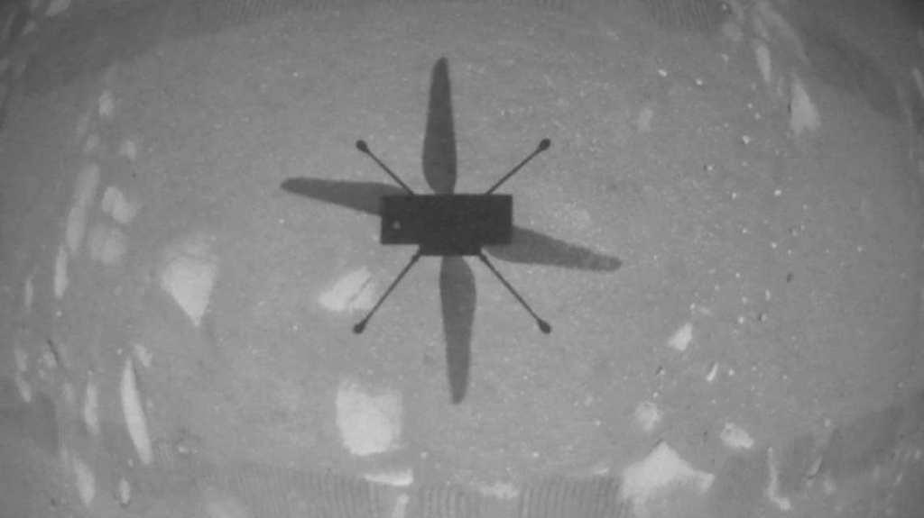 Uji terbang drone Mars, Ingenuity pada tanggal 19 April 2021. Tampak bayangan Ingenuity saat mengangkasa. Kredit: NASA/JPL-Caltech