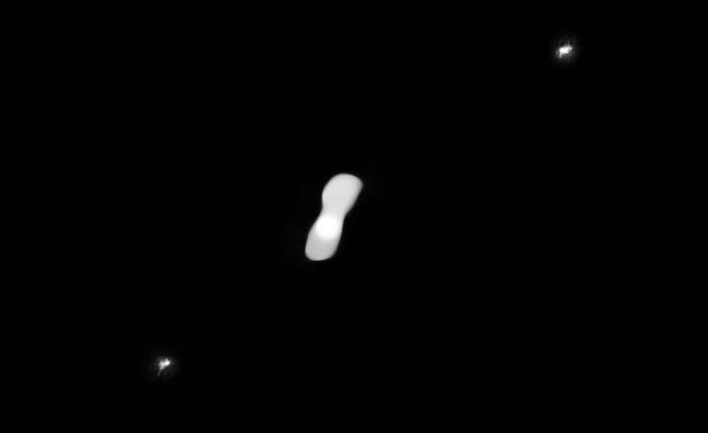 Asteroid Kleopatra dan dua satelitnya: Alexhelios (kanan atas) dan Cleoselene (kiri bawah). Kredit: ESO/Vernazza, Marchis et al./MISTRAL algorithm (ONERA/CNRS)