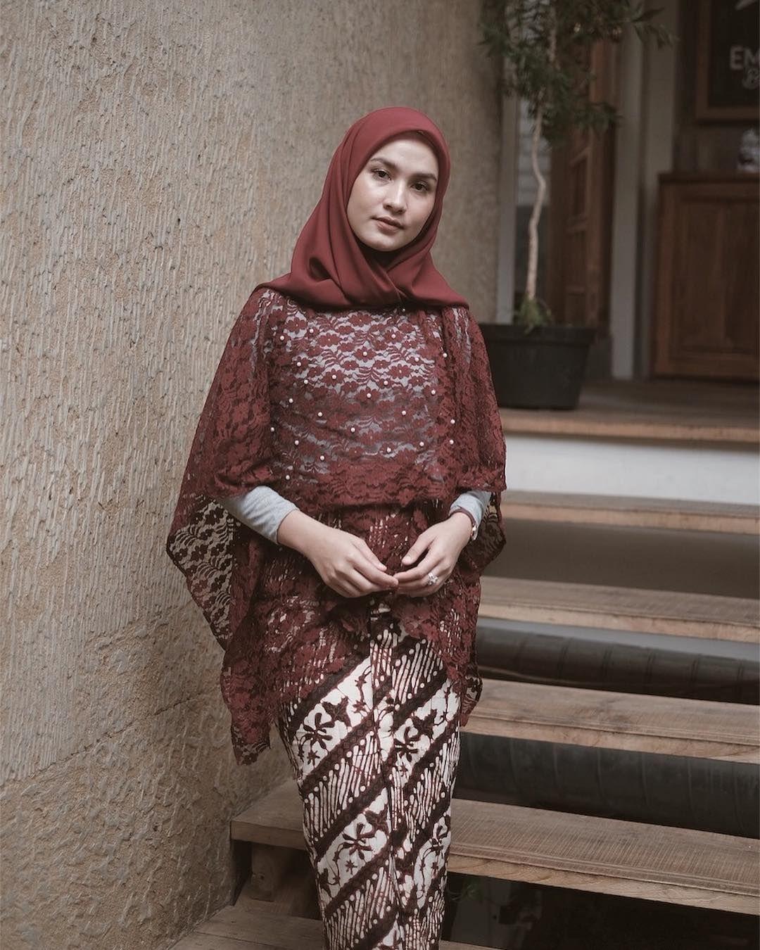baju kondangan simple hijab ala dwi handayani dengan brokat merah