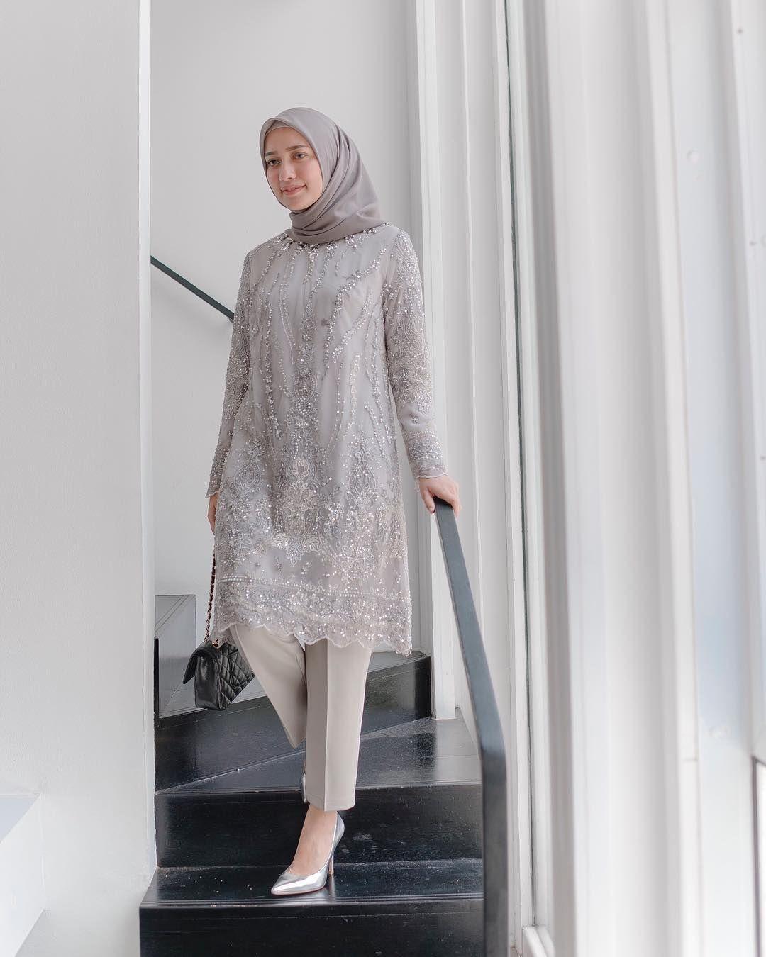 baju kondangan simple hijab ala mega iskanti dengan tema abu abu