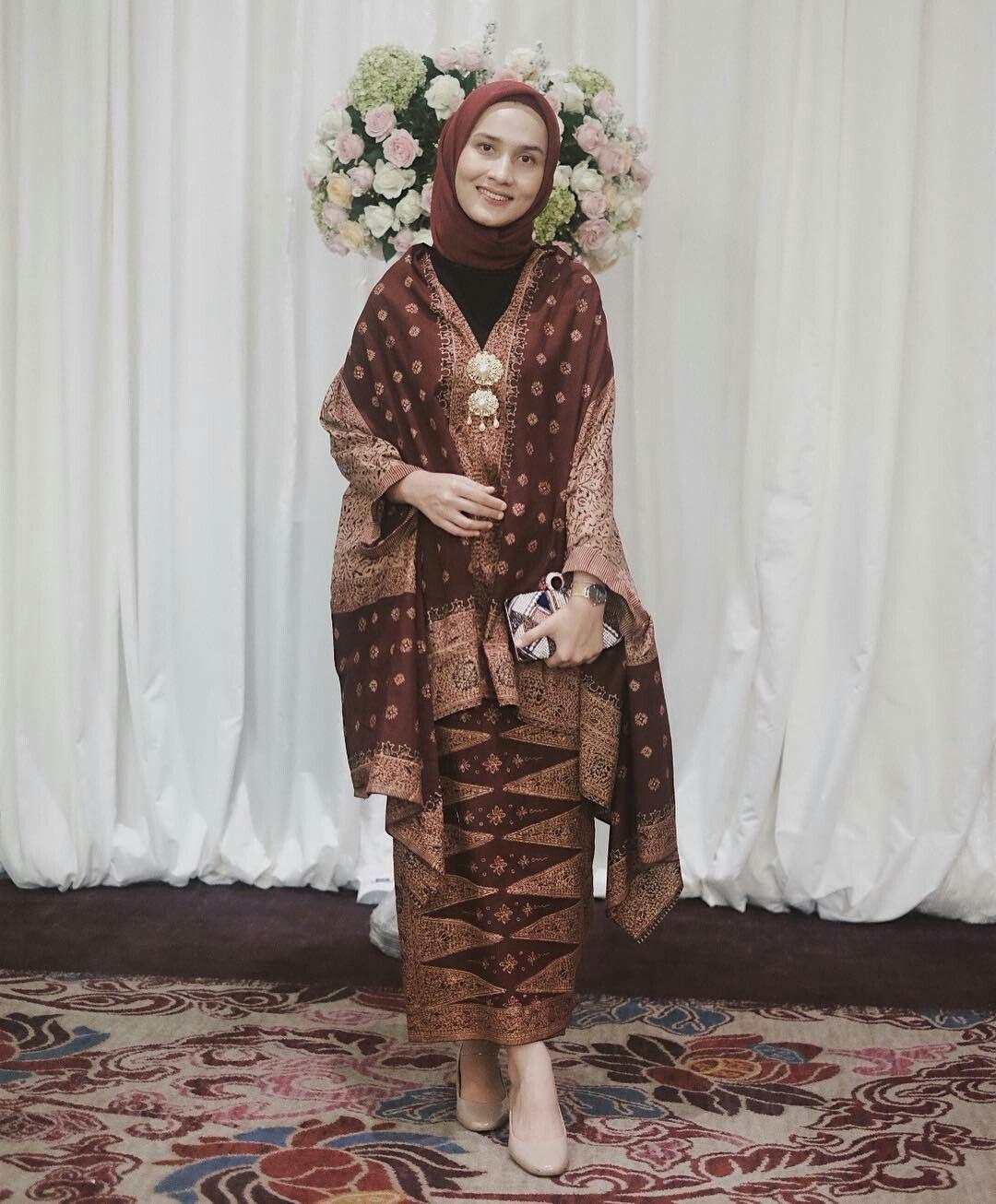 baju kondangan simple hijab dengan kain adat