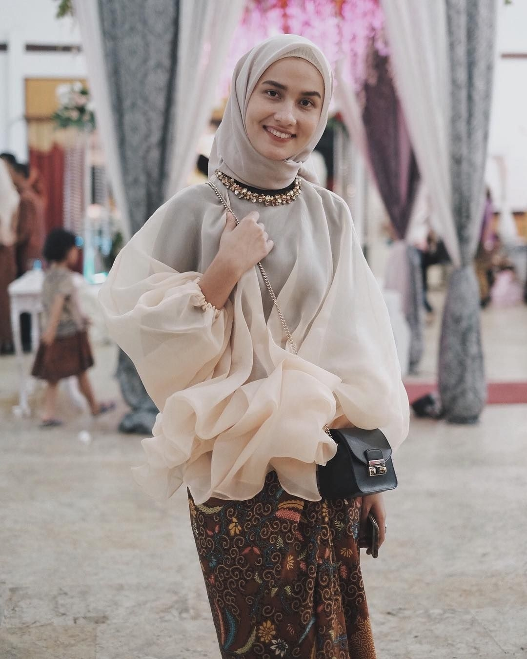 baju kondangan simple hijab dengan organdi mewah