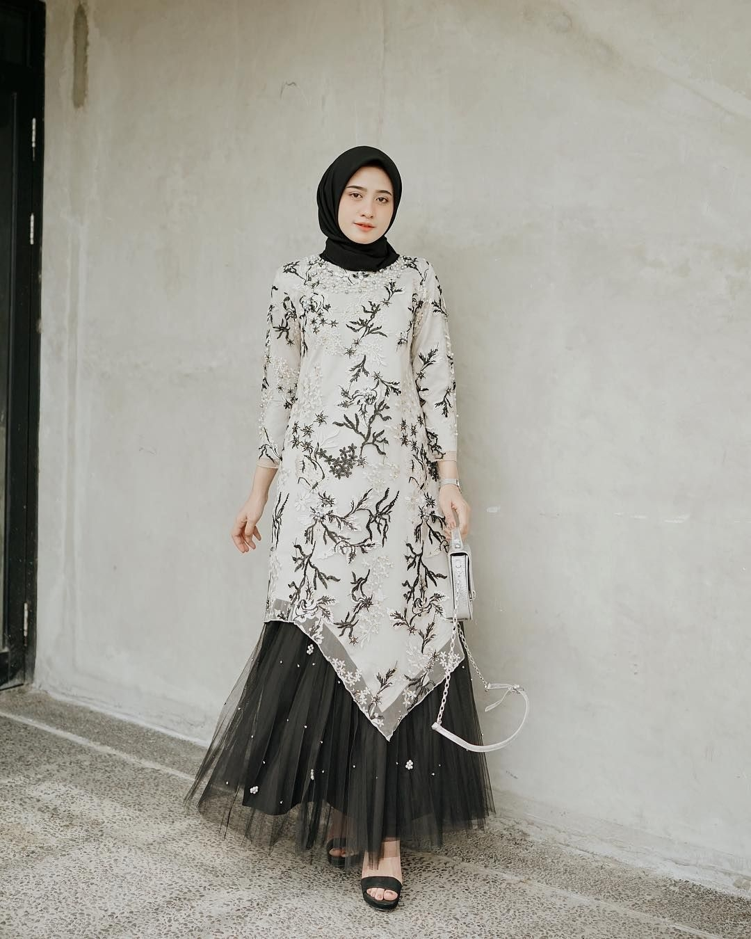 Dress dengan model V
