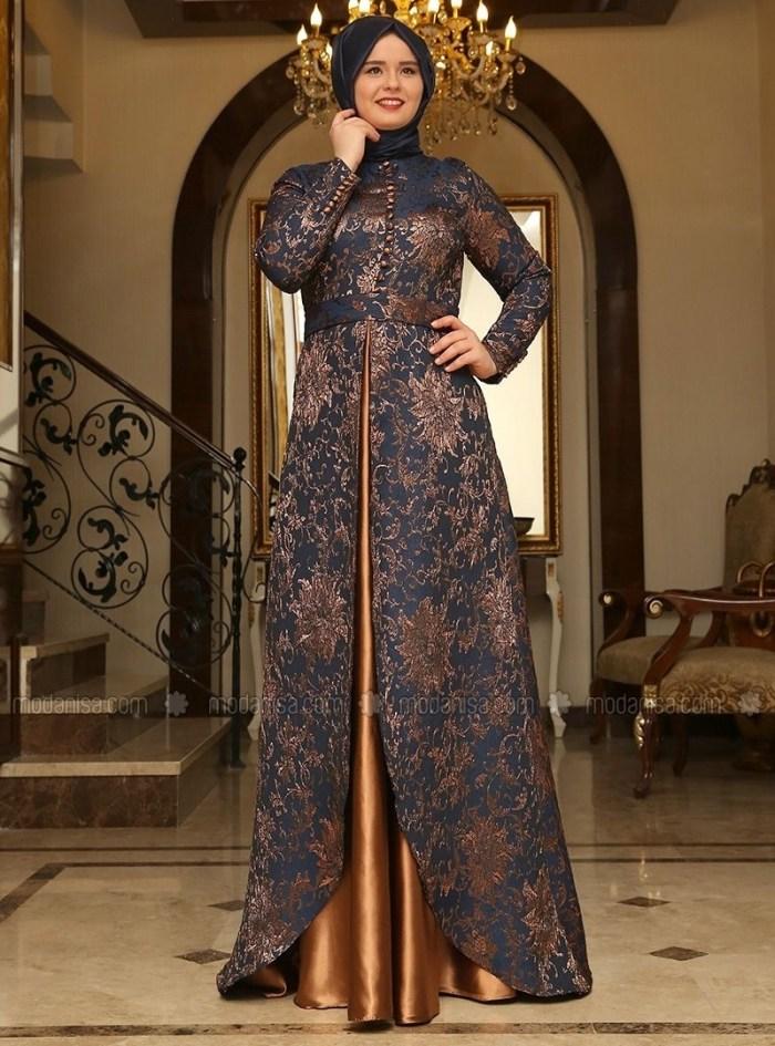 Dress kondangan dengan belahan di bagian depan