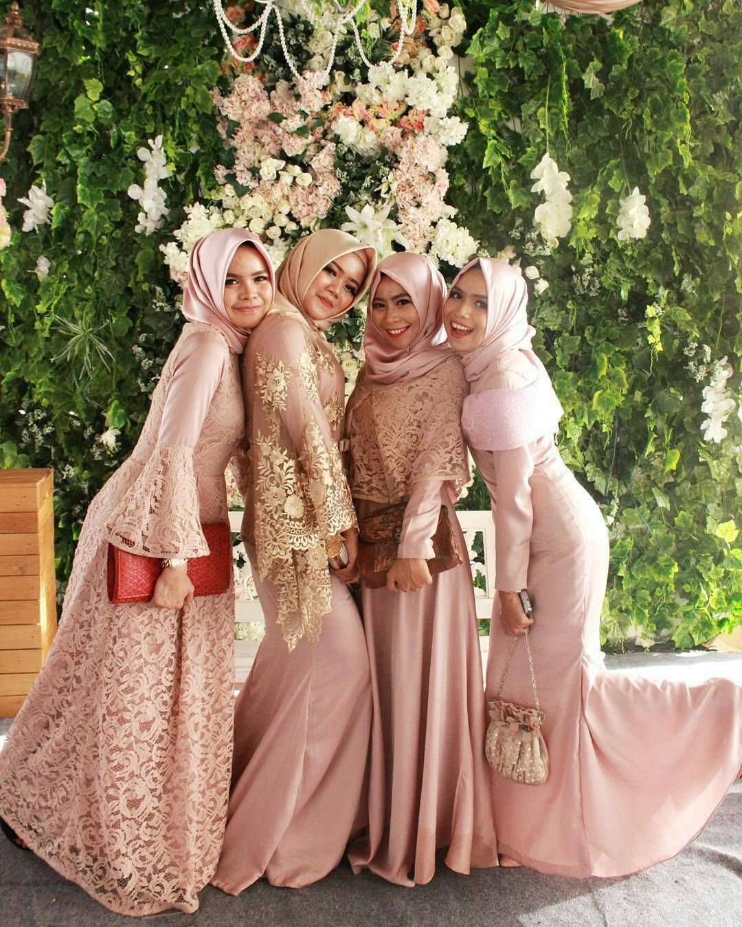 Dress peach brokat cream untuk bridesmaid