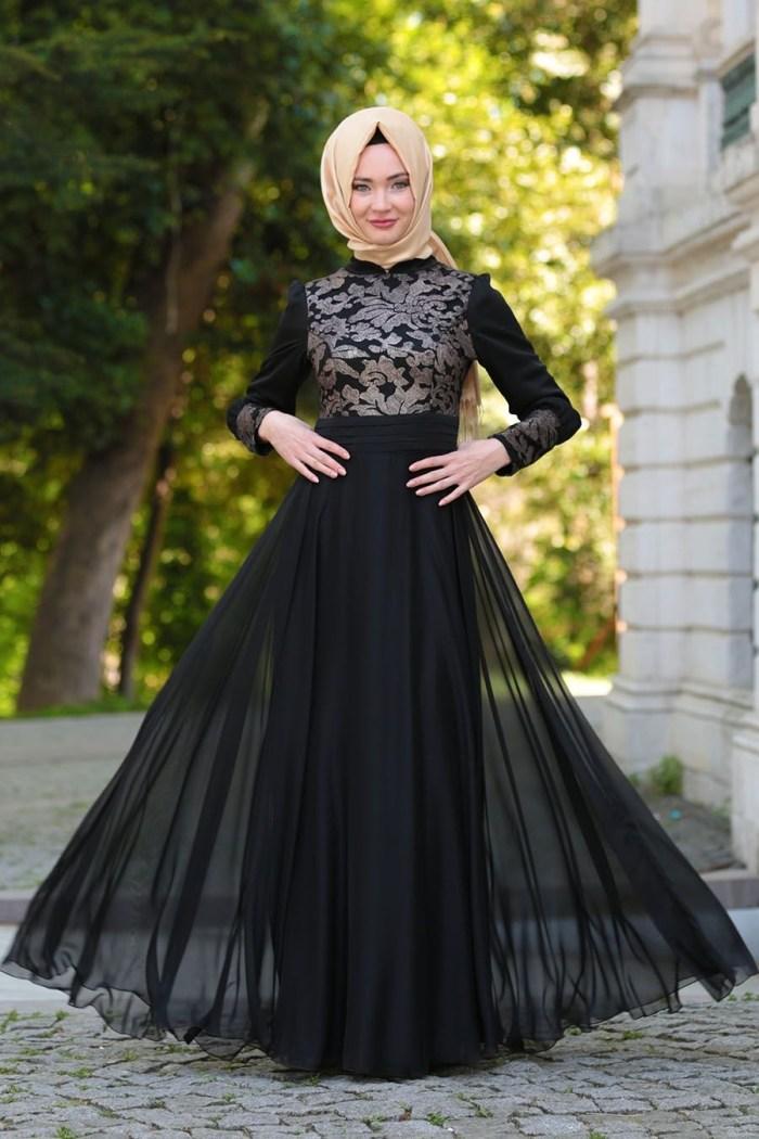 Gaun berwarna hitam dengan motif putih di bagian dada