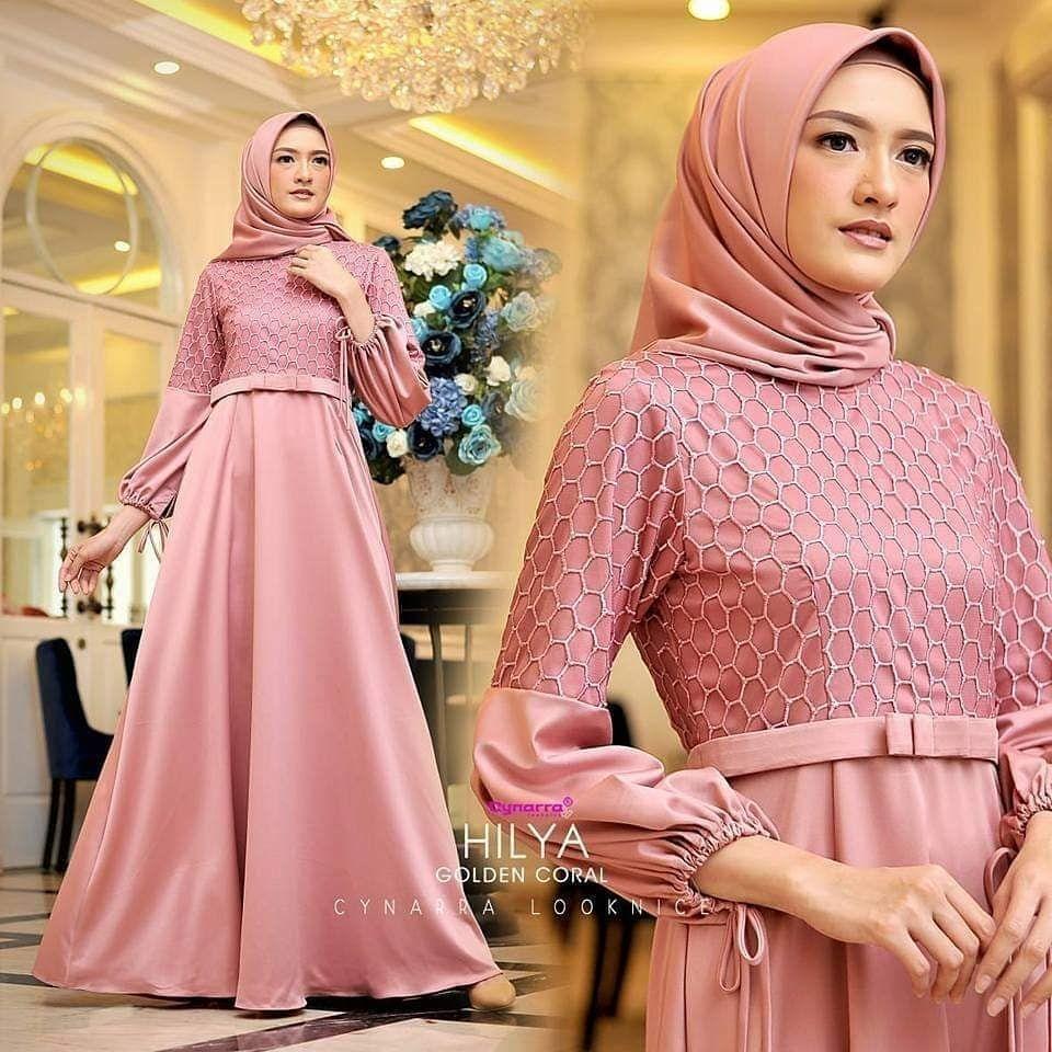 Gaun dusty pink dengan kerutan di tangan