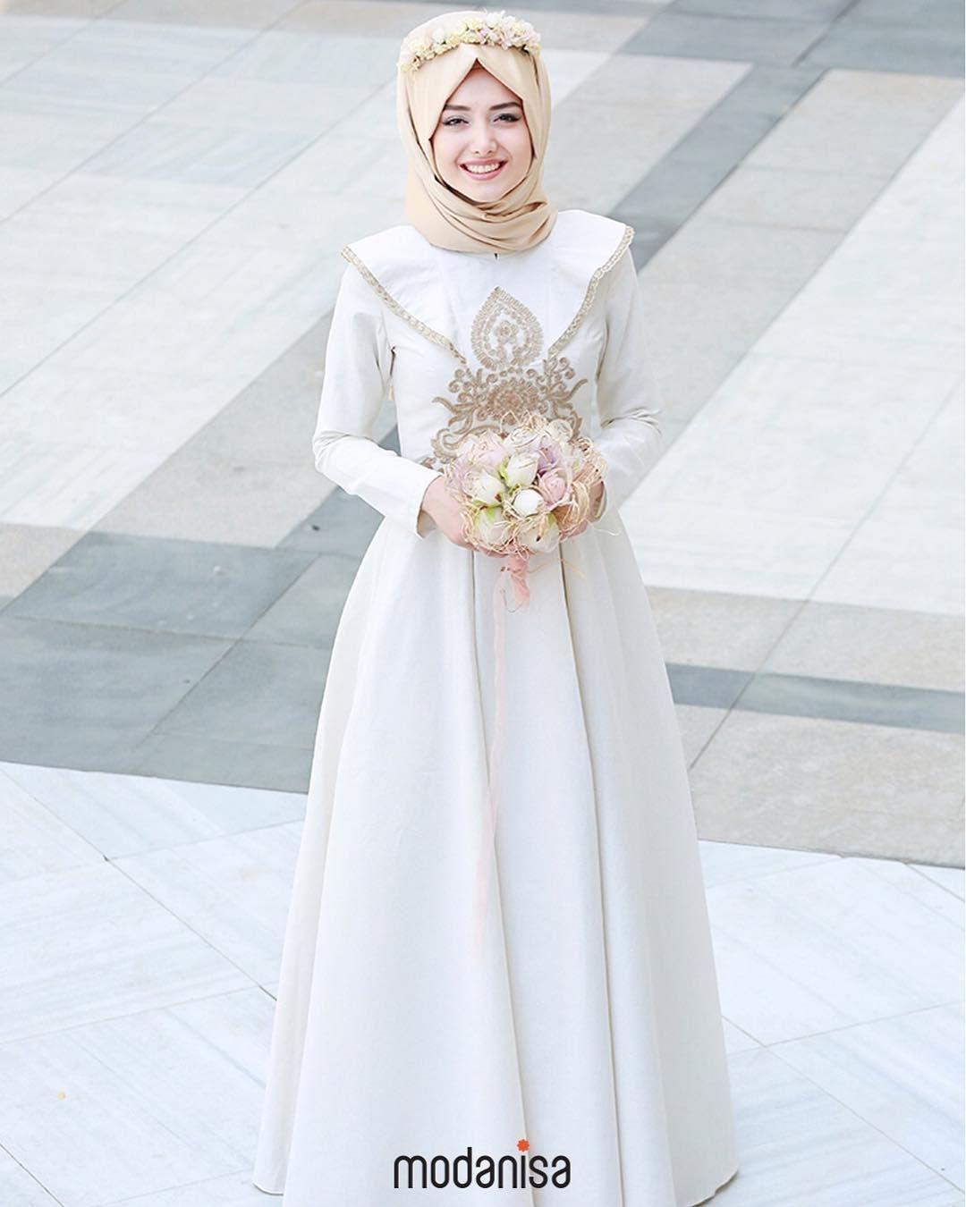 Gaun putih dengan aksesoris