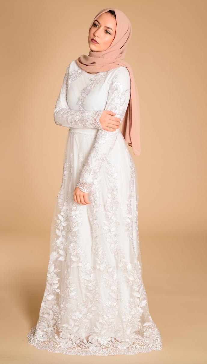 Gaun putih kombinasi brokat dan jilbab cream