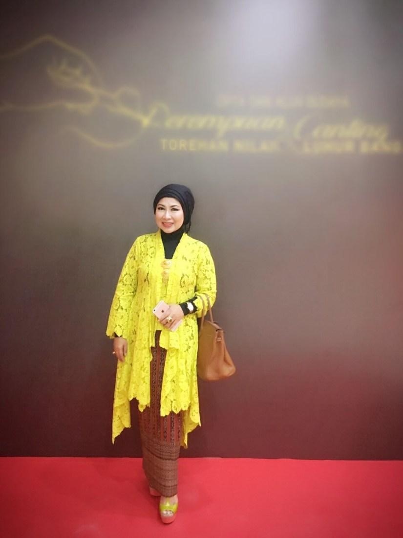 Kebaya kutu baru hijab dengan warna kuning