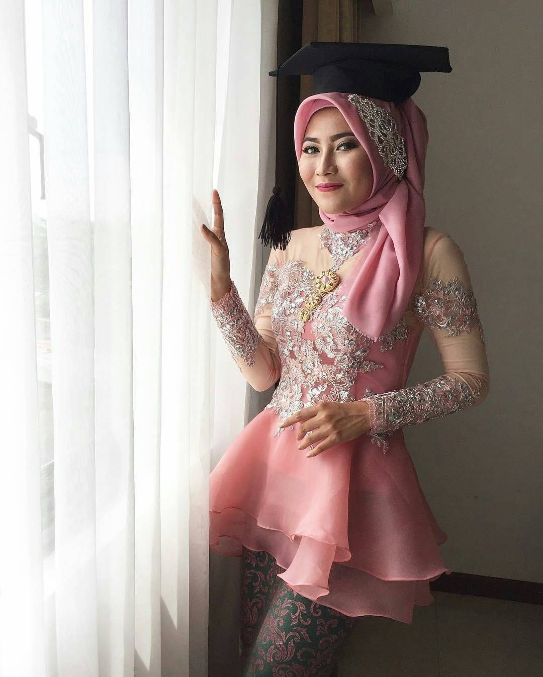 kebaya wisuda modern hijab dengan kombinasi organza dan tule