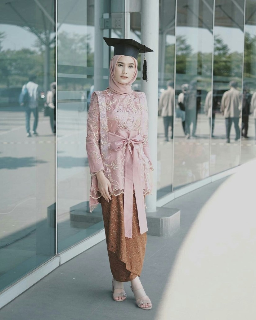 kebaya wisuda modern hijab dengan model blouse