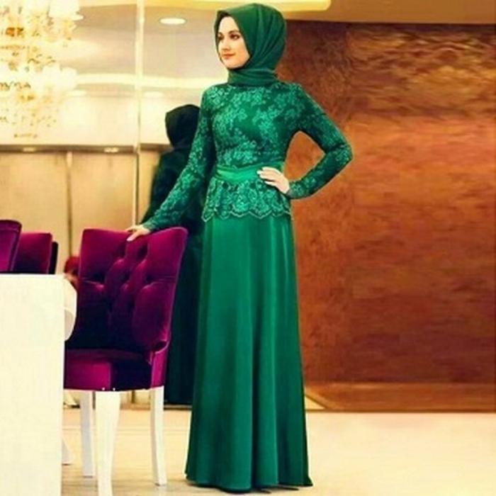 kebaya wisuda modern hijab dengan setelan dress hijau