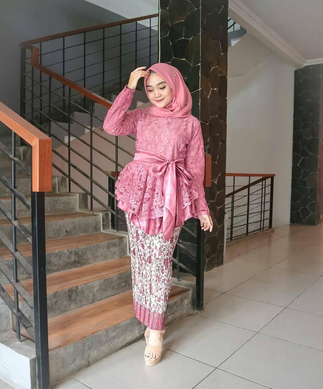 kebaya wisuda modern hijab dengan tema pink