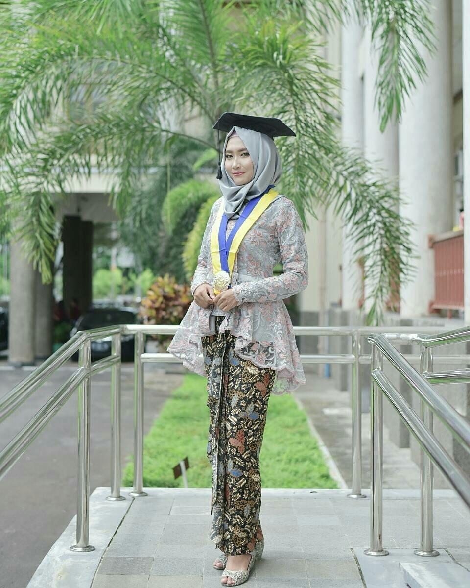 kebaya wisuda modern hijab dengan tema warna abu abu