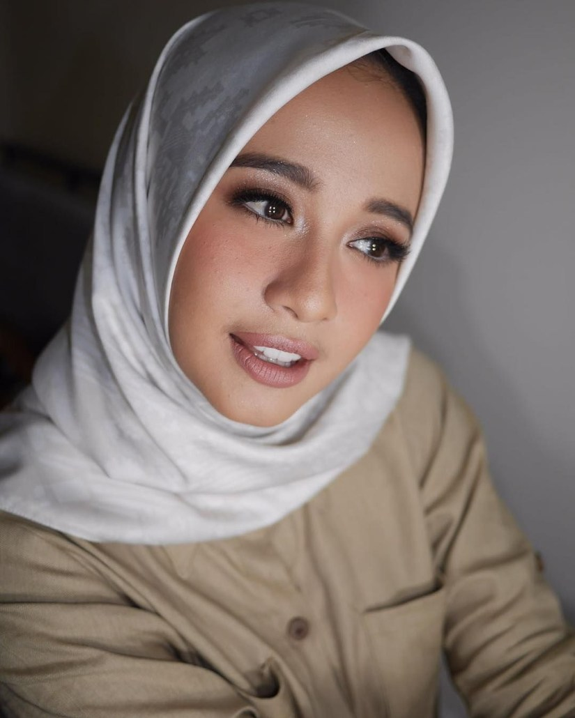 Tutorial make up natural hijab ala Laudya Cintia Bella