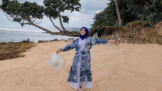 outfit ke pantai untuk wanita berhijab agar tidak salah kostum