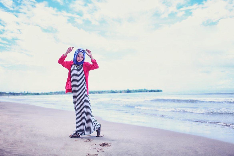 pakai hijab ke pantai gak masalah cek 6 tips tampil