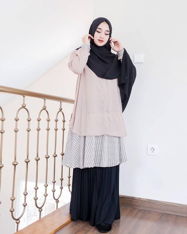 9 padu padan hijab dengan tunik dan rok ala rini anggiani