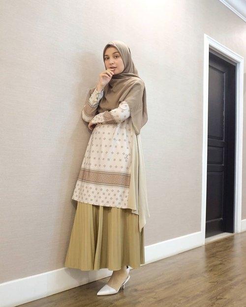 model outfit ramadhan pakai tunik dan rok plisket 1