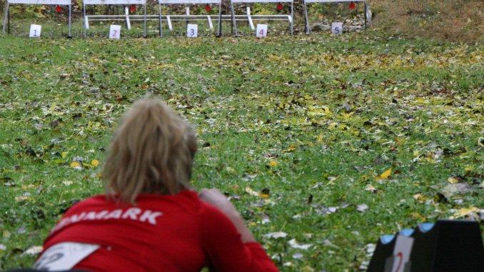 En koncentreret Johanne skyder sig i front til Skiskydning i Løbesko