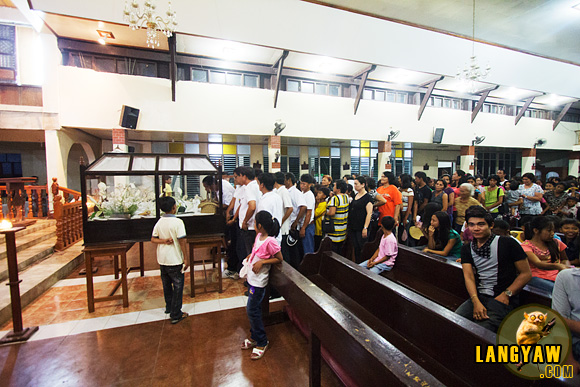 Catholics lining up to pay their respects to the Santo Intierro
