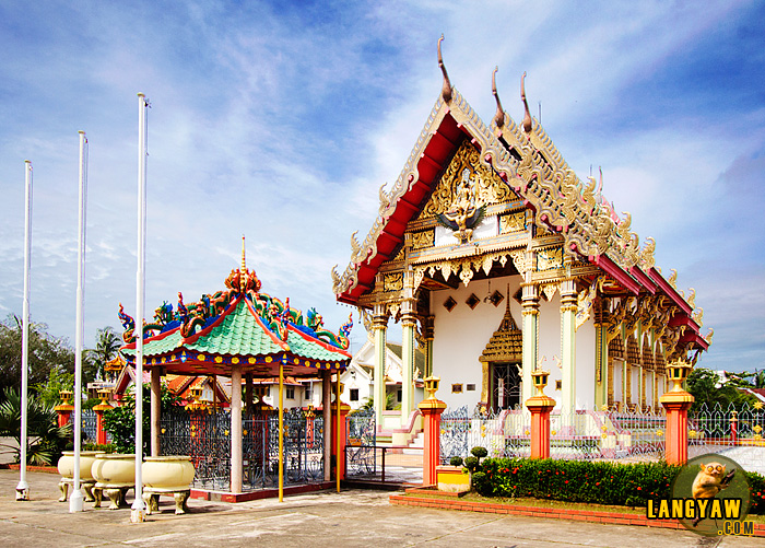 Wat Nikrodharam, a Thai Buddhist structure that is the center of Buddhist veneration in Alor Setar. Because most adherents are minority chinese, notice the chinese style of architecture in the kiosk by the gate.