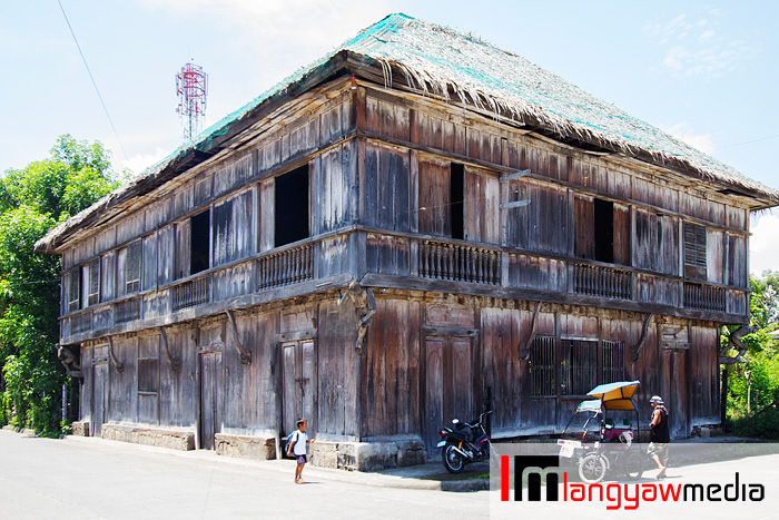 One of the old houses in the town of Balingasag, Misamis Oriental. Note the corners of the house with a carving of men carrying the upper story at its back.