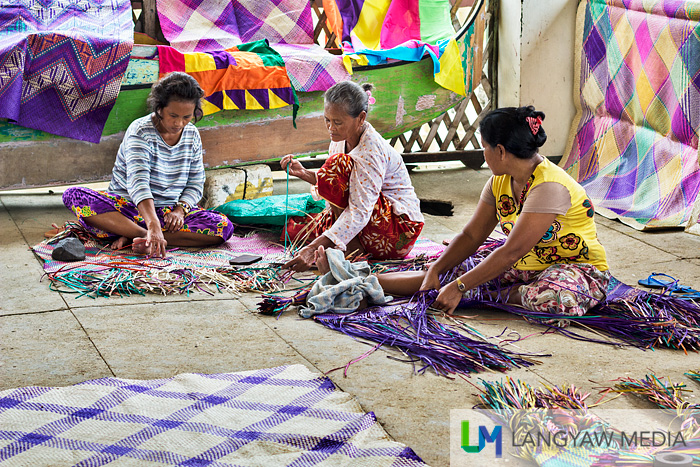 A group of Badjao women weaving their 'tepo'