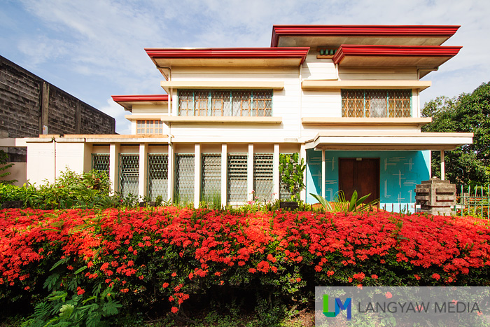 A mid or later 20th century house with its santan in full bloom