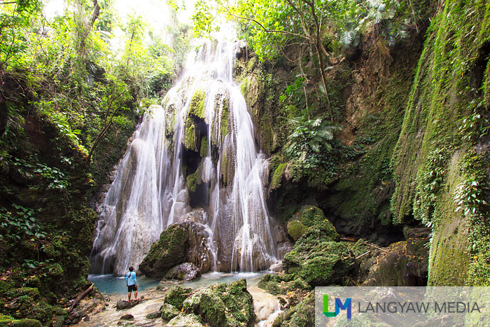 Stunning Nalalata Falls dwarfing a visitor