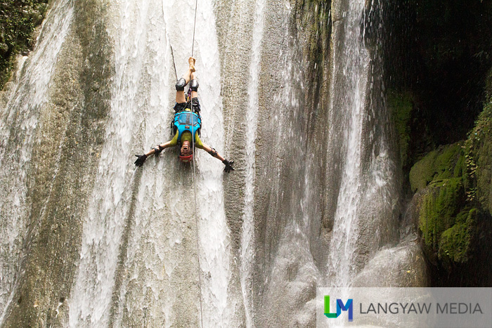 Blogger Chino while rappelling down the flow