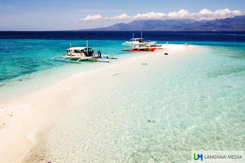 The beautiful sandbar that makes a trip to Sumilon Island worthwhile