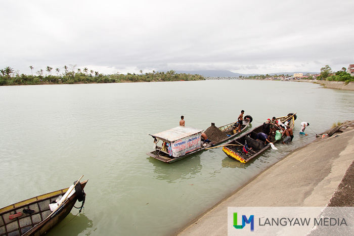 Sand quarrying boats along Libmanan's very wide river dock to unload the sand