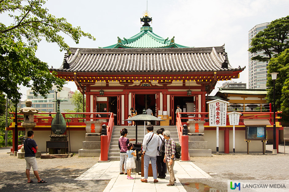 The modern temple built in 1958 replaced a much older one, built in the 17th century by a daimyo, feudal lord named Mizunoya Katsutak. It was destroyed during air raids in World War II.